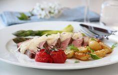 KALVEFILET MED GORGONZOLASAUS OG SESAMPOTETER Sour Cream, Chicken, Meat, Recipes, Food, Essen, Meals, Ripped Recipes, Eten