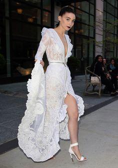 Rooney Mara  con un vestido blanco de Givenchy en la Gala del MET 2013. Vista lateral del vestido