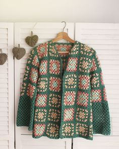 Granny Square Crochet Cardigan Pattern Ideas for Summer or Winter Diy Crochet Patterns, Crochet Cardigan Pattern, Crochet Jacket, Crochet Magazine, Crochet Videos, Crochet Granny, Crochet Fashion, Crochet Clothes, Oasis