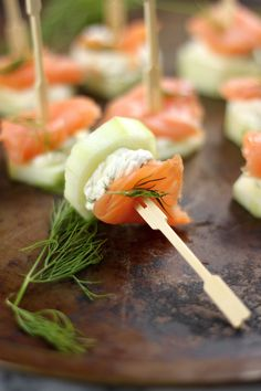 Smoked Salmon and Cream Cheese Cucumber Bites Tapas Party Smoked Salmon Cream Cheese, Fingers Food, Cucumber Bites, Cucumber Yogurt, Healthy Snacks, Healthy Recipes, Dessert Healthy, Yummy Recipes, Tasty