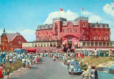 """Der findes også gamle, statelige badehoteller på øen. Her er det hotel """"Kongen af Danmark"""", som det så ud i 1950'erne. Copenhagen Denmark, Back In Time, Dolores Park, Street View, Cottage, Country, Pictures, Painting, Travel"""