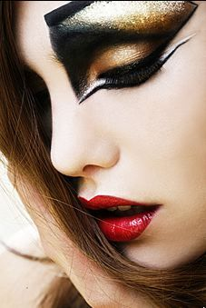 dramatic eyeliner and shadow #gold #silver