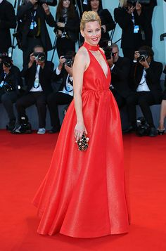 af85affc38f5 Elizabeth Banks carrying the Jimmy Choo CLOUD clutch Elizabeth Banks