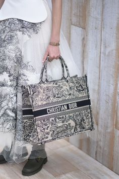 Must-Have: Dior's Book Tote (Sandra's Closet) Cruise Collection, Winter Collection, Art Mini Toile, Christian Dior Bags, Dior Shoes, Dior Dress, Fendi Bags, Madame, My Bags
