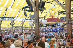Dentro de una tienda de la cerveza en Oktoberfest con una gran multitud