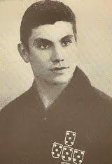Manuel Serafim Monteiro Pereira nasceu no dia 25 de Julho de 1943 em Rio Tinto, Gondomar. Começou por jogar futebol nos escalões de formação do Futebol Clube do Porto e com apenas 15 anos já jogava nos juniores. Na temporada de 1960/61 estreou-se na equipa principal dos Dragões. Foi no dia 11 de Dezembro de 1960 no Estádio da Luz, quando os portistas defrontaram o S.L. Benfica. Desse modo Serafim tornou-se no mais novo jogador portista a jogar na equipa principal, quando tinha 17 anos, 4…