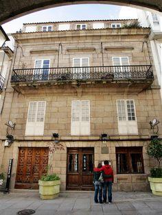 Aquí viviu #RosalíadeCastro. Hoxe lembrámola con orgullo. #DíadeRosalía #visitacoruña Mansions, House Styles, Home Decor, Home, Live, Cities, Pictures, Decoration Home, Manor Houses