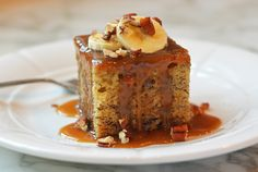 Sticky Toffee Banana Cake: This warm, comforting cake is a twist on the classic English dessert, sticky toffee pudding — which is not really pudding at all, but rather a warm, moist cake made with finely chopped dates covered in a sticky toffee sauce. Barres Au Caramel, English Desserts, Cake Recipes, Dessert Recipes, Recipes Dinner, Bread Recipes, Baking Recipes, Dinner Ideas, Chicken Recipes