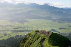 熊本県・阿蘇市の狩尾地区から北外輪山までを繋ぐ、5キロ以上にわたる「阿蘇市道狩尾幹線」。この幹線が、別名「ラピュタの道」と呼ばれています。断崖絶壁の道路から眺める景色は、まさに圧巻そのもの。