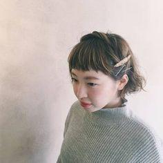 右サイドから左に向かってねじってピン留め◎ ぱっつん前髪とねじったカーブのコントラストが可愛らしい。