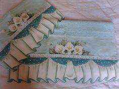 Toalha de banho 3 peças, sendo 1 de rosto e 2 de banho, com barrado falso, todo pintado a mão. R$ 220,00