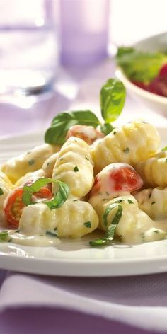 Gnocchi with basil and cheese sauce maggi.de - Gnocchi with basil and cheese sauce and fresh tomatoes – who could resist this delicious dish? Veggie Recipes, Vegetarian Recipes, Healthy Recipes, Sauce Recipes, Pasta Recipes, Sauce Gnocchi, Cheese Sauce, Mac Cheese, How To Cook Pasta