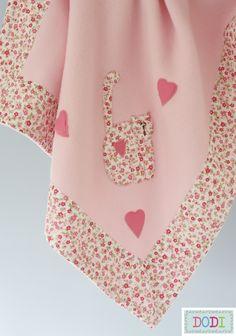 As artes da Vovó Dodi: Enxoval de bebê - Casaco e manta. Baby Gifts To Make, Baby Girl Crib Bedding, Baby Sheets, Fleece Baby Blankets, Bebe Baby, Free Machine Embroidery Designs, Baby Sewing, Baby Bibs, Kids And Parenting