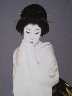 Bando Tamasaburo 五代目 坂東玉三郎 #kabuki Japanese Costume, Japanese Kimono, Japanese Prints, Japanese Art, Geisha, Hair Decorations, Traditional Fashion, Japan Fashion, Cool Photos