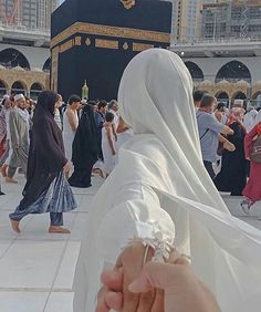 Learn Quran Academy is a platform where to Read Online Tafseer with Tajweed in USA. Best Online tutor are available for your kids to teach Quran on skype. Cute Muslim Couples, Muslim Girls, Cute Couples Goals, Muslim Brides, Muslim Couple Photography, Girl Photography, Wedding Photography, Mekka Islam, Islam Marriage