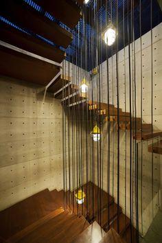 Farolillos en las escaleras © William Kalengkongan