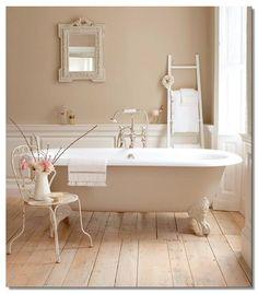Esiste qualcosa di più country chic, romantico e affascinante di una vasca da bagno con i piedini?Il bagno in... Read More