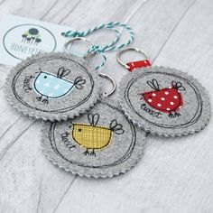 Fabric Birdy Key Ring - Are you interested in our bird key ring? With our fabric keyring you need look no further. Freehand Machine Embroidery, Machine Embroidery Projects, Free Machine Embroidery, Hand Embroidery, Embroidery Designs, Fabric Birds, Felt Fabric, Wool Fabric, Fabric Scraps