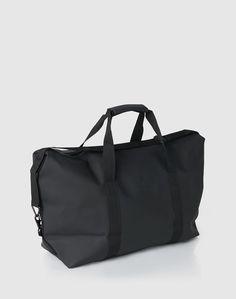 Diese wasserfeste Tasche von RAINS überzeugt nicht nur durch ihr klassisches Design, sondern vor allem auch durch ihr hohes Maß an Funktionalität. Denn sie sieht nicht nur elegant aus, sondern ist auch noch der perfekte Alltagsbegleiter – aufgrund der wasserdichten Oberfläche inklusive der Reißverschlüsse – sogar beim schmuddeligsten Regenwetter. Noch dazu bietet sie genügend Stauraum, auch wenn es mal wieder etwas mehr Gepäck wird. Diese Tasche beschert Dir also selbst am trübsten Regentag…