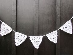Step by step photo tutorial to crochet the Christmas Bunting Crochet Home, Love Crochet, Crochet Crafts, Crochet Yarn, Crochet Projects, Crochet Bunting Free Pattern, Crochet Garland, Crochet Motif, Crochet Patterns