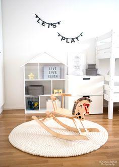 Mustavalkoista-blogin Emmi sisusti lastenhuoneen Sukhin Shirisha-matolla.