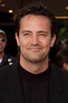 Check out those glistening blue eyes. 17 Photos That Will Make You Fall In Love With Young Matthew Perry Monica E Chandler, Chandler Friends, Friends Cast, Friends Season, Chandler Bing, Friends Tv Show, Joey Friends, Matthew Perry Young, Matthew Perry Friends