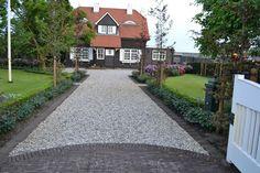 Grind oprit Stone Driveway, Driveway Design, Gravel Driveway, Driveway Border, Lush Garden, Lawn And Garden, Garden Paths, Garden Landscaping, House Makeovers