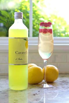 Delightful Lemony limoncello prosecco drink with fresh raspberries is beautiful. Fruity Cocktails, Fruit Drinks, Yummy Drinks, Refreshing Drinks, Cocktail Drinks, Beverages, Cocktail Recipes Homemade, Homemade Food, Recipes