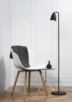 Nordlux Nexus 10 LED Floor Lamp - Black This ultra modern floor lamp boasts a LED SMD module to provide a high quality, energy efficient light source. The Nordlux Nexus floor lamp, shown in a black finish, has a switch on the top of the sh Contemporary Floor Lamps, Modern Floor Lamps, Cool Floor Lamps, Modern Lighting, Lighting Ideas, White Floor Lamp, Led Floor Lamp, Deco Studio, Mad About The House