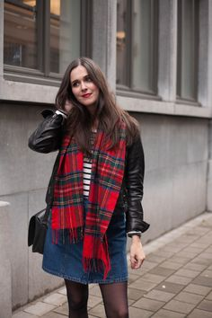Outfit: leather jacket, plaid scarf, striped top and denim a-line skirt Casual Outfits For Moms, Fall Outfits For Work, Winter Outfits Women, Casual Winter Outfits, Winter Fashion Outfits, Autumn Outfits, Striped Top Outfit, Stripe Top, Winter Skirt Outfit