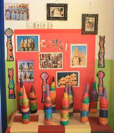 Xemeneies d'en Gaudí fetes pels alumnes de P5. Escola El Far d'Empordà. Artists For Kids, Great Artists, Art For Kids, School Art Projects, Projects For Kids, Crafts For Kids, Primary School Art, Aluminum Foil Art, Antoni Gaudi