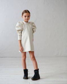 Minimalist dress for girls with voluminous sleeves in three colors Little Girl Outfits, Little Girl Fashion, Little Girl Dresses, Toddler Fashion, Kids Fashion, Vintage Girls Dresses, Fashion Design, Outfits Niños, Kids Outfits