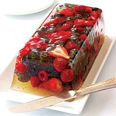 Looks yummy Very Berry Gelatin is a quick, easy and affordable summer side dish or dessert that will impress your guests. Jelly Desserts, Just Desserts, Delicious Desserts, Yummy Food, Fruit Dessert, Quick Dessert, Italian Desserts, Pumpkin Dessert, Pumpkin Cheesecake