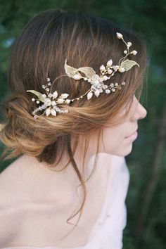 The original authors wreath forms from glass and natural pearls, crystal and gold twigs. Looks nice, fresh and unusual, can complement flowing hair and collected hair. Rhinestone amazing sparkle and Golden twigs and pearls gently twinkling in the sun. Due to its design is easy to put