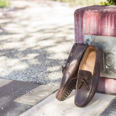 """To read without reflecting is like eating without digesting."" Edmund Burke  Barlafùs, our #moccasins in brown leather available online at www.velasca.com. Link in profile to #shop.  #velascamilano #madeinitaly #shoes #shoesoftheday #shoesph #shoestagram #shoe #fashionable #mensfashion #menswear #gentlemen #mensshoes #shoegame #style #fashion #dapper #men #shoesforsale #shoesaddict #sprezzatura #dappermen #craftsmanship #handmade #moccasin #mocassini #sneakers"