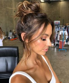 27 easy and glam going out hairstyles for your next night Messy Ponytail Hairstyles, Going Out Hairstyles, Pretty Hairstyles, Topknot Bun, Hairstyles Haircuts, Weekend Hair, Long Wavy Hair, Gorgeous Hair, Hair Looks