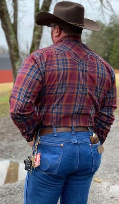 Send me your pics in Wrangler Nice Outfits For Men, Casual Wear For Men, Men In Tight Pants, Tight Leather Pants, Big Men Fashion, Gents Fashion, Cowboy Outfits, Cowboy Outfit For Men, Hot Men Bodies
