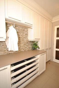 Salle de lavage pratique avec ses tiroirs moustiquaire et la tringle pour sécher les vêtements à l'air libre. Laundry Area, Laundry In Bathroom, Reno, Powder Room, Kitchen Cabinets, Design, House, Home Decor, Spaces