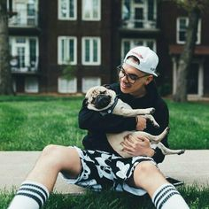 This is the absolute BEST picture of Will Singe I have ever seen. I love pugs and I LOVE Will Singe. This is too much to handle, too cute. Future hubby and future dog.