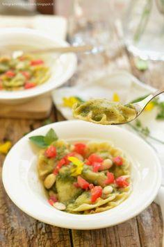 Ravioli di semola alle zucchine con pesto di erbe aromatiche e concassé di pomodoro #Ravioli #vegan