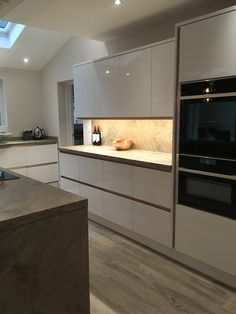 Howdens' Balham gloss white with copper trim Copper Kitchen, New Kitchen, Howdens Kitchens, Copper And Grey, White Gloss Kitchen, Ceiling Design, Contemporary, Modern, Kitchen Cabinets