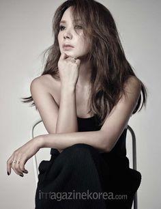 Uhm Jung Hwa - Harper's Bazaar Magazine August Issue Korean Actresses, Asian Actors, Uhm Jung Hwa, Love Her Style, Korean Beauty, American Actors, Long Hair Styles, Image, Sisters