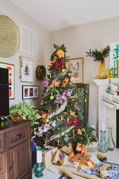 Brilliant Tropical Winter Decor Ideas That Bring Your Home Into Holiday Feel 34 Hawaiian Christmas Tree, Christmas Tree Lots, Beautiful Christmas Trees, Christmas Home, Natural Christmas Tree, Coastal Christmas, Outdoor Christmas, Christmas Movies, White Christmas