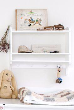 A classic bookshelf for the kids´ room.