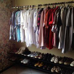 No maior estilo closet, como organizar seus cabides e parar de deixar tudo jogado por aí