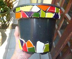 Mosaico em vaso de plástico: cola com silicone!