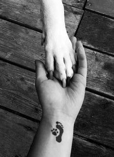 tatuagem cachorro patinha em preto