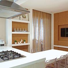 Cozinha, destaque para os nichos e mesa acoplada a ilha, simplesmente linda composição!!! Projeto by @negrellieteixeira #kitchen #cocina #planejados #cozinha #homedesign #photo #project #arquitetura #interiores #minhasescolhas #architecture #apartamento #decor #designer #letsdecor #amazing #architect #interiordesign #decoracion #cool #móveis #arquiteta #fabiarquiteta