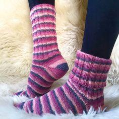 Diese handgestrickten Wollsocken sind ein absolutes Must-Have. Sie sind dünn genug, um wie normale Socken mit Schuhen getragen zu werden und sie sind von der Spitze aus gestrickt, daher haben sie keine störenden Nähte an den Zehen die Durckstellen verursachen könnten. Trotzdem sie relativ dünn sind, verfügen sie über die wärmenden Wolleigenschaften. Sie sind in verschiedenen Farben und Größen erhältlich, kuschelig, herrlich bunt und zudem pflegeleicht (Maschinenwäsche im Wollwaschprogramm)! Wool Socks, Sock Yarn, Hand Knitting, Colours, Cotton, How To Wear, Fashion, Shoes, Lace