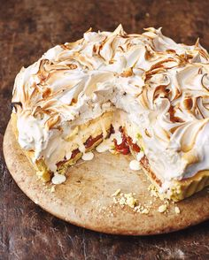 I had this idea to marry off two of my fave desserts banoffee pie and baked alaska!!!! Tag a mate if you recon they will love it ....blooming amazing a tasty treat to tuck into this Chirstmas if youre not a lover of the xmas pud- catch the recipe on @jamiesfoodtube and OUT NOW in my new cook book hit the link in my bio to get your copy x x x  #JamiesChristmas happy Sunday!!! JO xx X